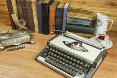Vista delantera de los libros viejos apilados en un estante Libros sin título y el autor Vista de los libros viejos que se coloca Imagen de archivo