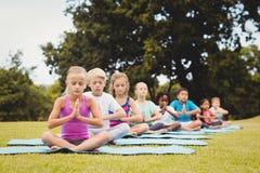 Vista delantera de los niños que hacen yoga Imagen de archivo libre de regalías