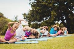 Vista delantera de los niños que hacen yoga Fotos de archivo libres de regalías