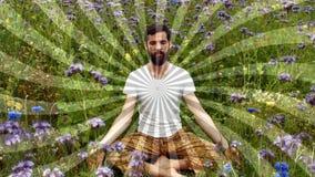 Vista delantera de meditar del hombre almacen de metraje de vídeo
