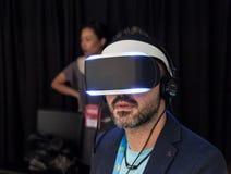 Vista delantera de Morpheus de las auriculares de Sony VR Imagenes de archivo