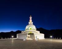 Vista delantera de Shanti Stupa Imágenes de archivo libres de regalías