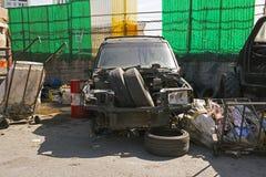 Vista delantera de SUV arruinado en un estacionamiento con basura en la calle de Estambul Imágenes de archivo libres de regalías