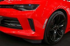 Vista delantera de un Chevrolet Camaro rojo 2017 Detalles del exterior del coche fotos de archivo libres de regalías