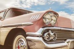 Vista delantera de un coche del americano de los años 50 Fotos de archivo libres de regalías