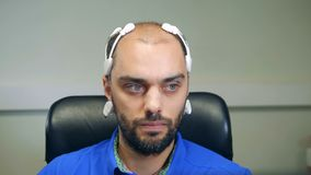 Vista delantera de un hombre que lleva auriculares de la bioseñal EEG almacen de video