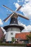 Vista delantera de un molino de viento holandés fotografía de archivo libre de regalías