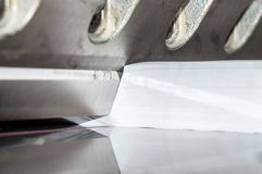 Vista delantera de una guillotina de papel Imágenes de archivo libres de regalías
