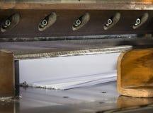 Vista delantera de una guillotina de papel en industria de impresión comercial Guillotina industrial hidráulica foto de archivo libre de regalías