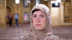 Vista delantera de una monja Walking a lo largo del interior de una mezquita islámica Egipto almacen de metraje de vídeo