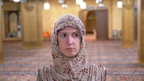 Vista delantera de una monja Walking a lo largo del interior de una mezquita isl?mica Egipto metrajes