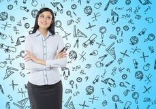 Vista delantera de una mujer pensativa con las manos cruzadas Imagen de archivo libre de regalías
