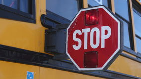Vista delantera de una paleta de la parada de autobús escolar almacen de video