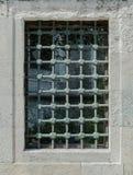 Vista delantera de una parrilla del metal en la ventana Foto de archivo