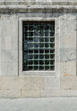 Vista delantera de una parrilla del metal en la ventana Fotos de archivo