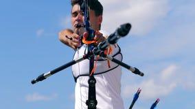 Vista delantera del arquero que apunta del arco almacen de metraje de vídeo