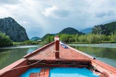 Vista delantera del barco de fila en la corriente que va al moutain Foto de archivo