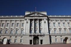 Vista delantera del Buckingham Palace Foto de archivo libre de regalías