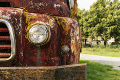 Vista delantera del camión oxidado Imagenes de archivo