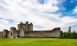 Vista delantera del castillo del ajuste en Irlanda Imagen de archivo