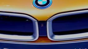 Vista delantera del coche del automóvil descubierto de BMW i8 metrajes