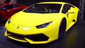 Vista delantera del coche de deportes de Lamborghini Huracan almacen de video