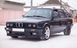 Vista delantera del coche familiar viejo, negro, alemán en invierno Fotos de archivo libres de regalías
