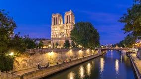 Vista delantera del día de la catedral de Notre Dame De Paris al timelapse de la noche después de la puesta del sol almacen de video