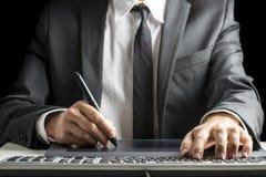 Vista delantera del diseñador gráfico de sexo masculino que se sienta en su escritorio de oficina Fotografía de archivo libre de regalías