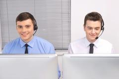 Vista delantera del empleado del servicio de atención al cliente con los auriculares en blanco imagenes de archivo