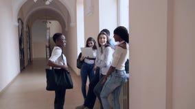 Vista delantera del estudiante africano que entra en pasillo después de la lección almacen de video