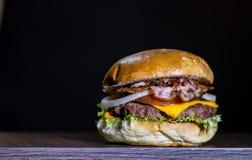 Vista delantera del hamburguer delicioso del tocino Fotografía de archivo libre de regalías