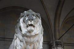 Vista delantera del león de piedra en el Feldherrnhalle en Munich en Alemania fotografía de archivo