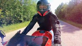 Vista delantera del montar a caballo del rato del conductor de la moto almacen de video