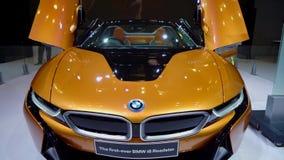 Vista delantera del nuevo coche del automóvil descubierto de BMW i8 almacen de video