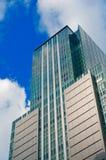 Vista delantera del rascacielos con el cielo azul imágenes de archivo libres de regalías