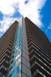 Vista delantera del rascacielos con el cielo azul imagen de archivo