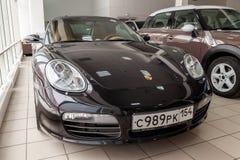 Vista delantera del sedán del boxster s de Porsche de 2006 deportes preparado en venta y exhibido en la sala de exposición con un foto de archivo libre de regalías