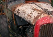 Vista delantera del viejo detalle oxidado del camión imagenes de archivo