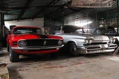 Vista delantera, DeSoto 59 y Ford Mustang Fotografía de archivo