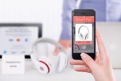 Vista delantera directamente de un smartphone con la paga elegante app en el sc Foto de archivo libre de regalías