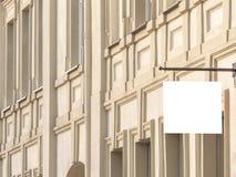 Vista delantera horizontal del letrero rectangular en blanco en un edificio constructivo de la arquitectura clásica imagen de archivo libre de regalías