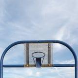 Vista delantera recta de la construcción metálica del baloncesto de la calle fotos de archivo libres de regalías