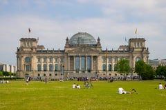 Vista delantera sobre el ` Reichstag/el ` del Parlamento alemán - el parlamento alemán en Berlín fotos de archivo