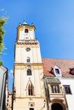 Vista delantera viejo ayuntamiento la torre en Bratislava Imagen de archivo libre de regalías