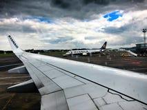 Vista dell'aeroporto dal piano del Ryanair Fotografie Stock Libere da Diritti