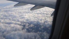 vista dell'ala dell'aeroplano attraverso la finestra piana Volando sopra le nubi video d archivio