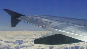Vista dell'ala di un aeroplano attraverso la finestra video d archivio
