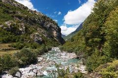 Vista dell'Albania nel fiume di Theth delle montagne fotografia stock libera da diritti