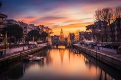 Vista dell'albero di Natale su un ponte al tramonto, con le nuvole arancio Immagine lunga di esposizione in Riccione, Emilia Roma immagine stock libera da diritti